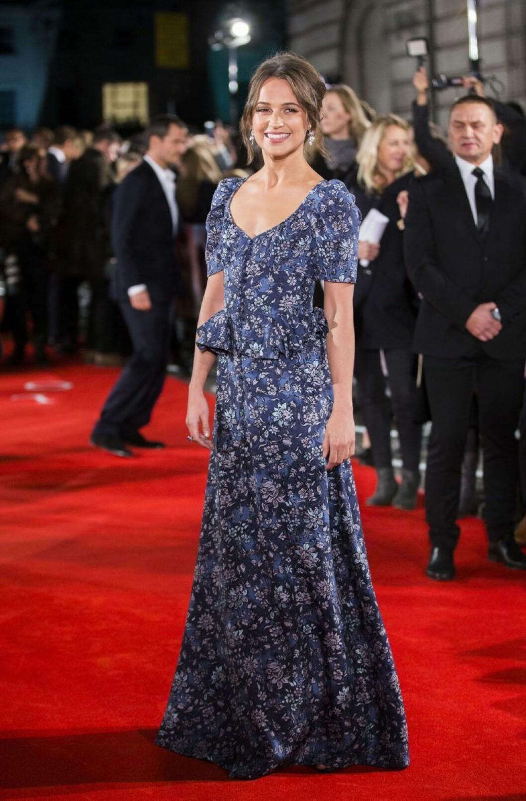 Alicia Vikander i vacker blåblommig längklänning