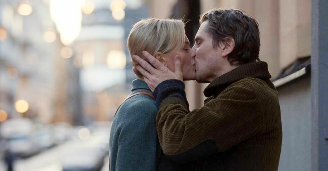 Clara och Peter pussas