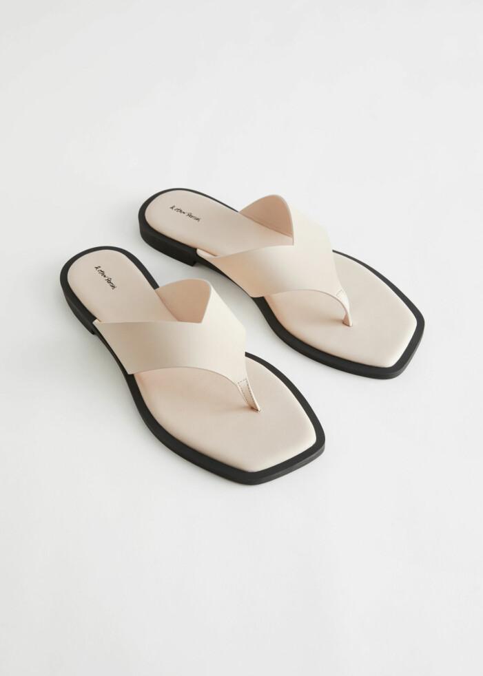 Platta sandaler i beige skinn. Flip-flop-modell. Sandaler från And other stories.