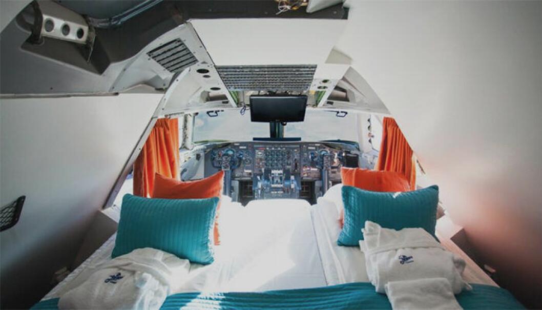 Sov i en cockpit på hostellet Jumbostay på Stockholm-Arlanda