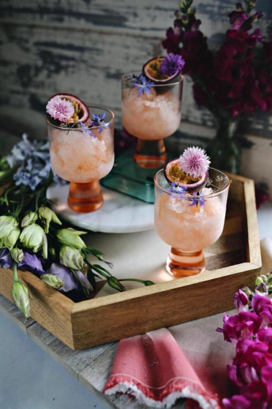 Drinkar med frukt och blommor.