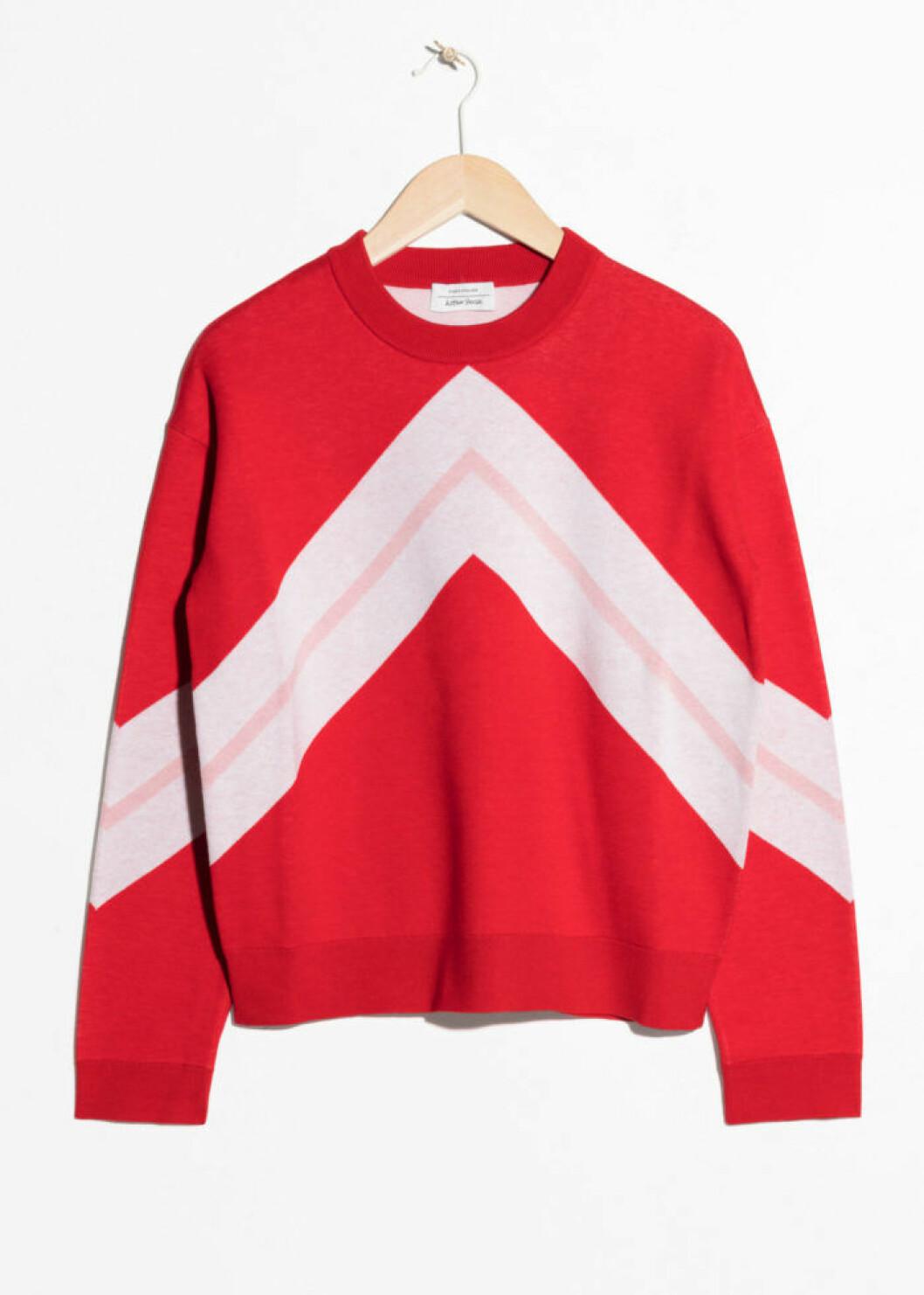 Röd stickad tröja med rosa detaljer från & Other Stories
