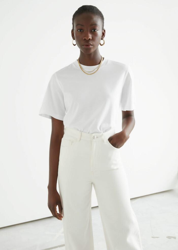 outfit med vit t-shirt och vita jeans