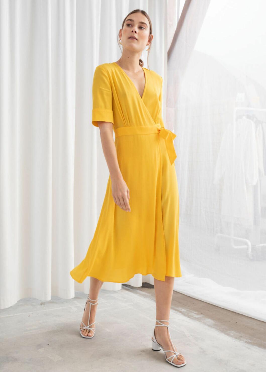 Gul klänning i omlott