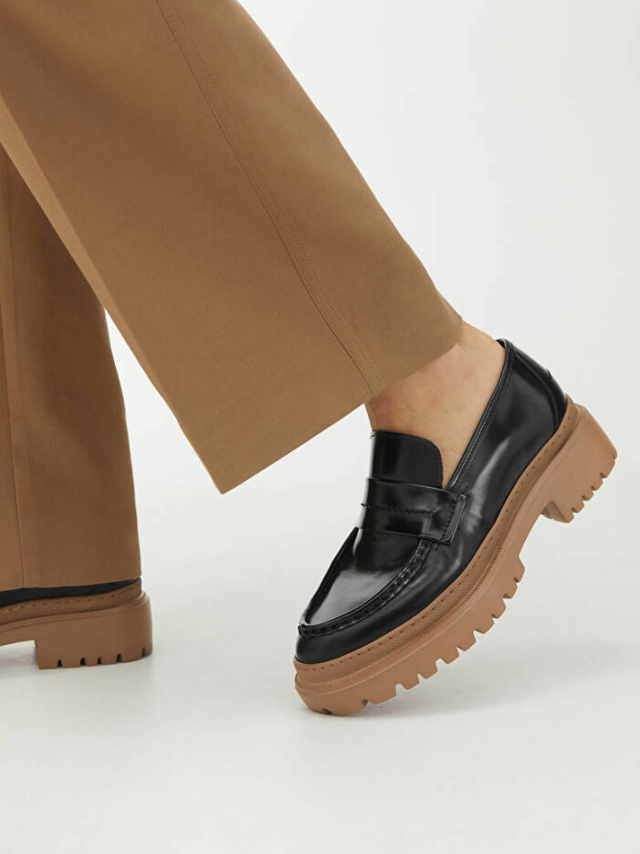 Svarta loafers med ljus sula