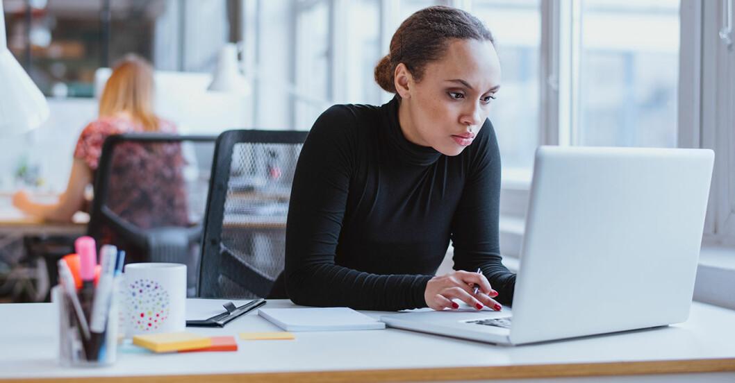 Kvinna är stressad på jobbet