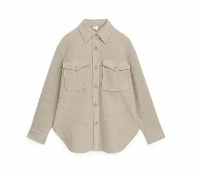 Beige overshirt i ull. Oversizad skjorta med stora bröstfickor.