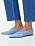 Platta, ljusblå skor med spetsig tå och bred rem runt hälen med silverfärgat spänne. Skorna är fotade på modell och man ser vristen och blå croppade jeans.