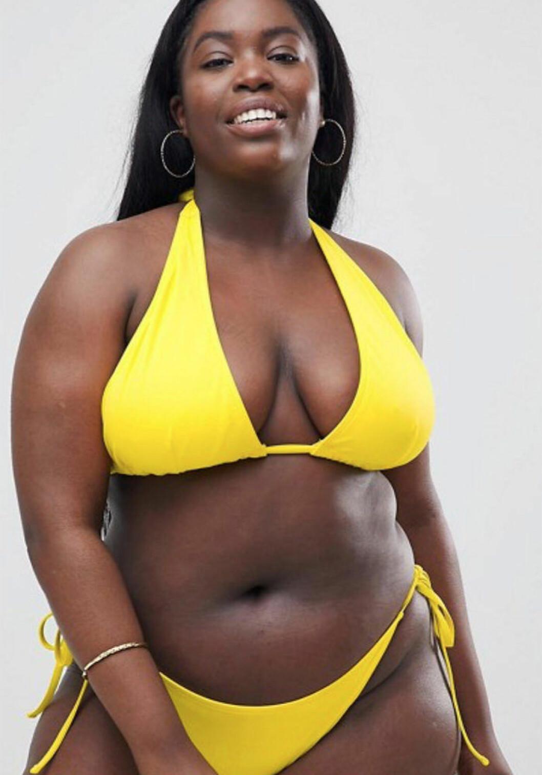 Modellen Vivian Eyo-Ephraim i gul bikini från ASOS Curve.