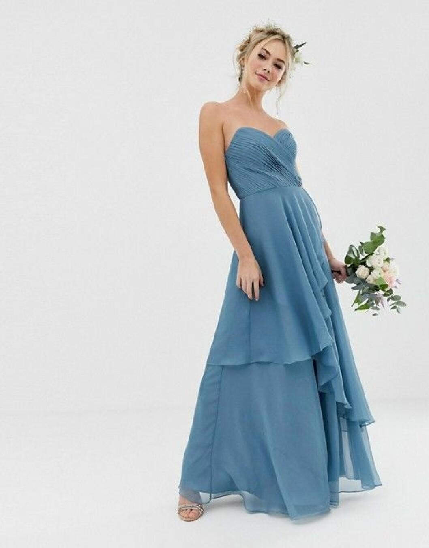 En bild på en bandeau-klänning med kjoldel i etapper.