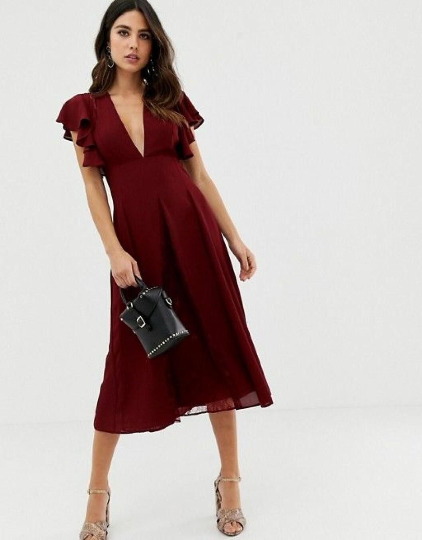 En bild på en mörkröd midiklänning med klockad kjol från Asos.