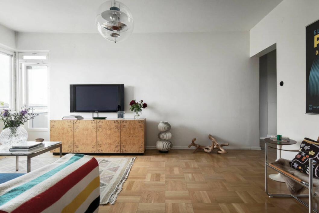 TV och sideboard i trä hemma hos Howlin' Pelle Almqvist.