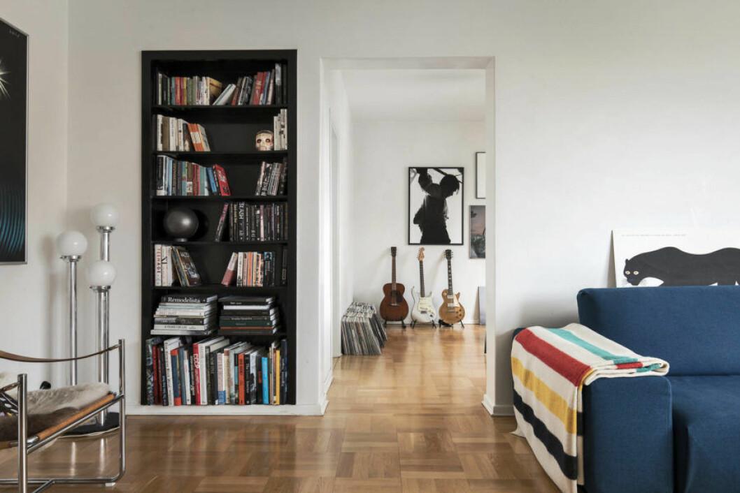 Gitarrer, bokhylla och Enzo Mari-konst hemma hos Pelle Almqvist.