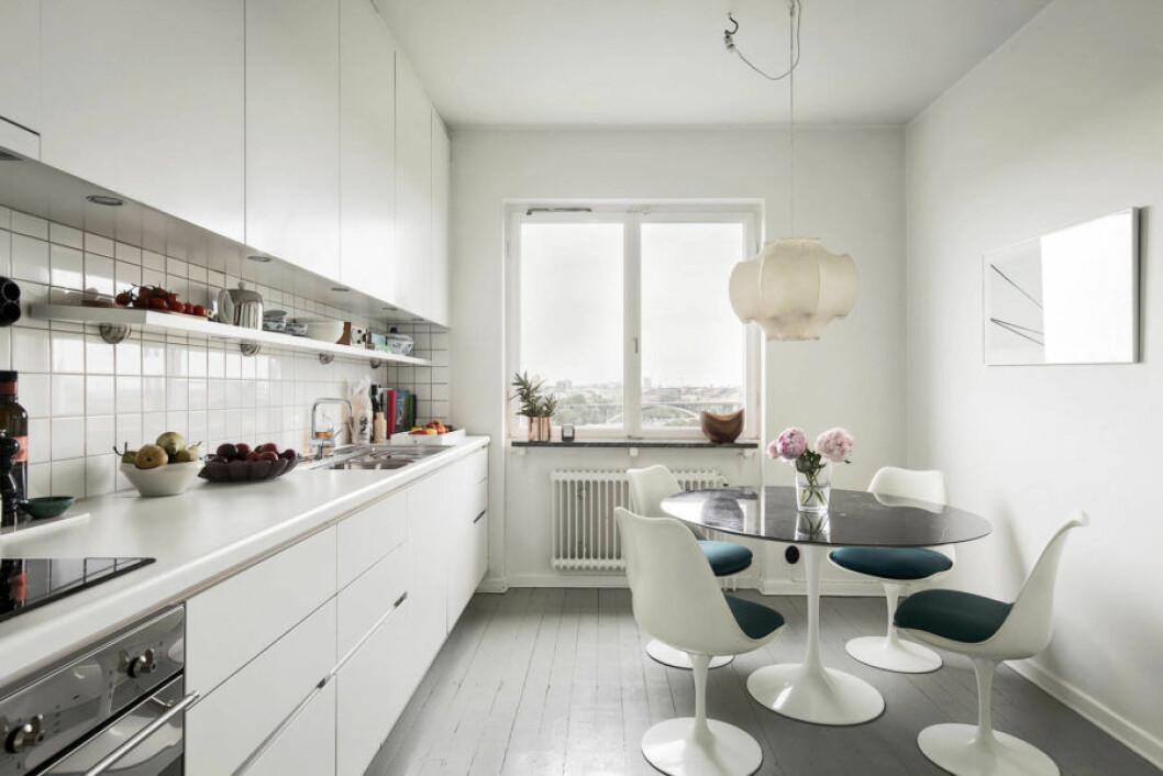 Vitvaror från Smeg och taklampa från Flos hemma hos Pelle Almqvist.
