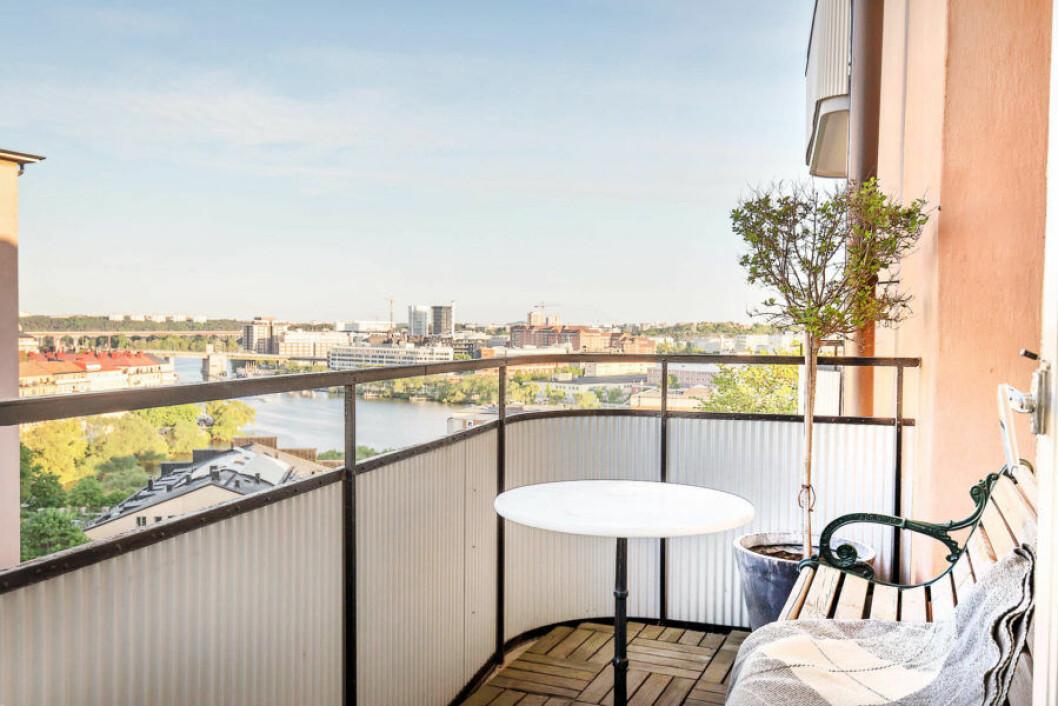 Balkong med utsikt över Reimersholme hemma hos Pelle Almqvist.