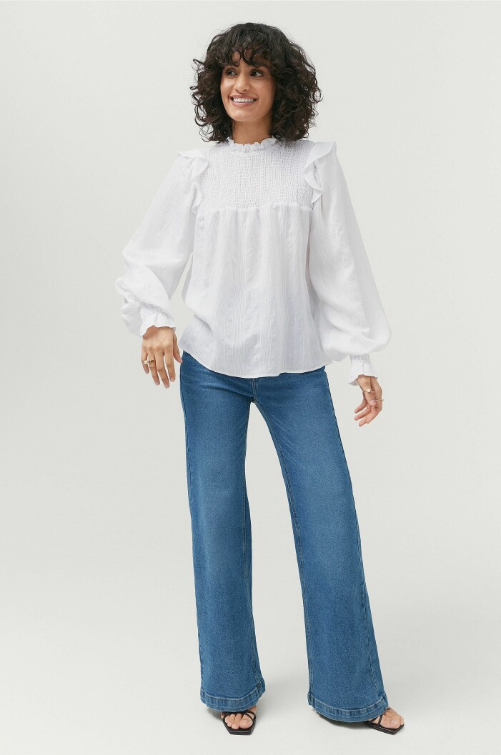 outfit med vit blus och jeans