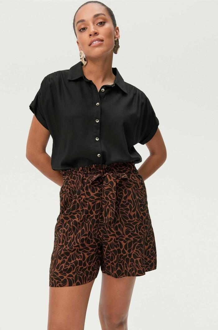 shorts med mönster och skärp