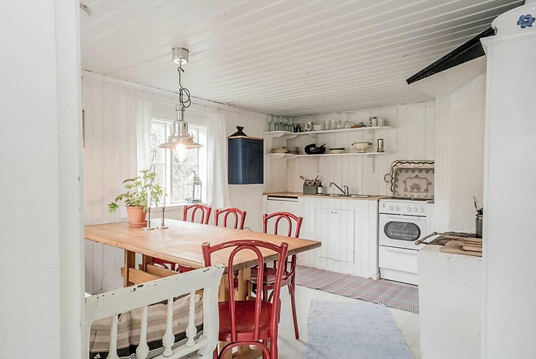 Mysigt kök med gott om platser för familj eller gäster. I torpet finns det även el och kommunalt sommarvatten.