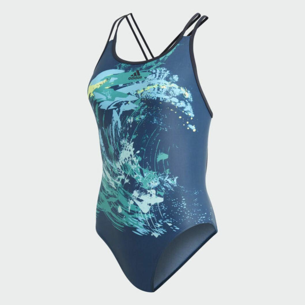 Adidas baddräkt är gjord av plast som man städat upp från havet.