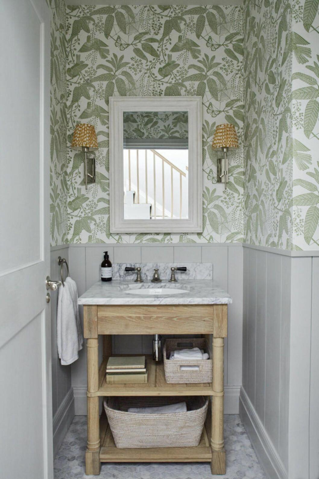 gammaldags badrum med panel och tapet