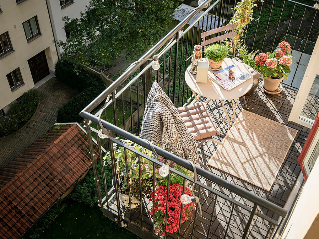 mysig balkong med matta på balkonggolvet