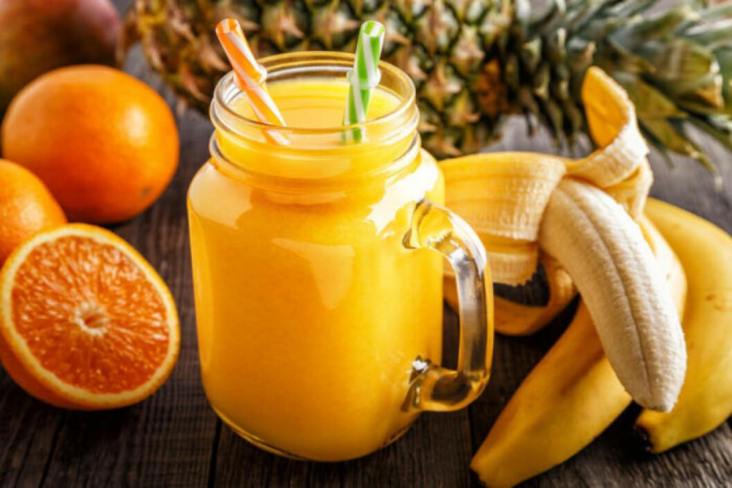 Bål med banan, apelsin och ananas.