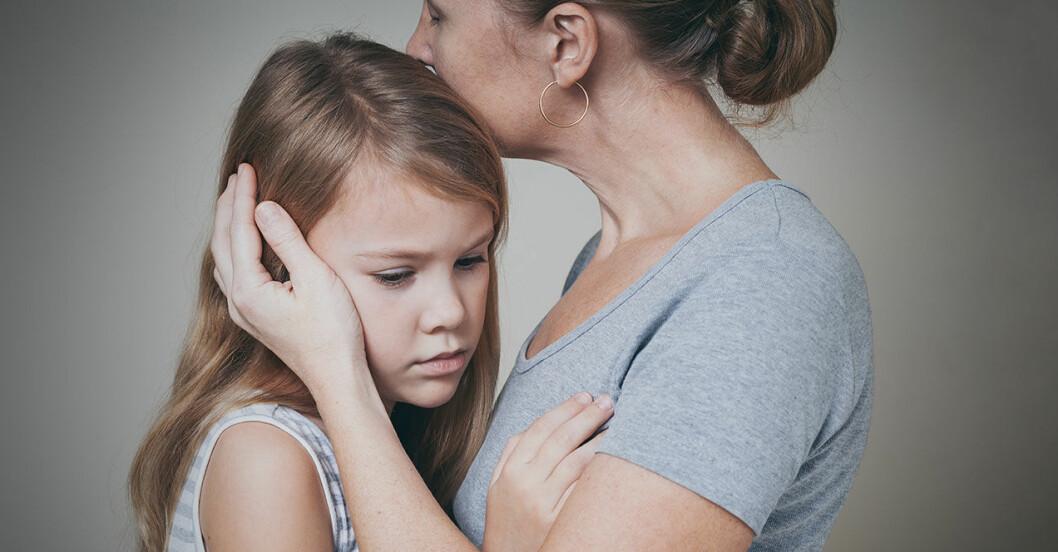 Mamma tröstar orolig dotter