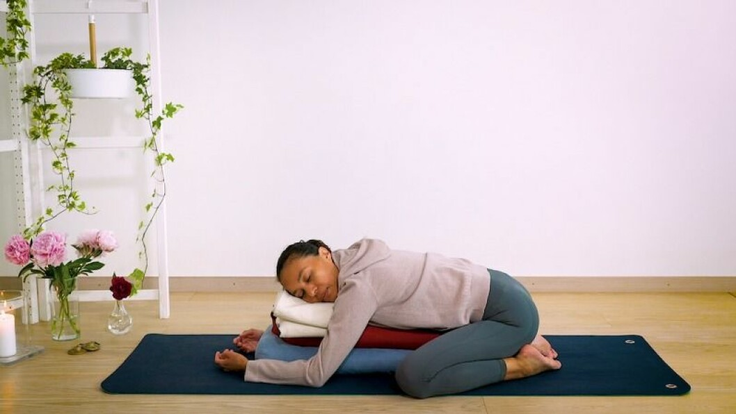 Johanna Ljunggren gör yogapositionen barnet med stöd