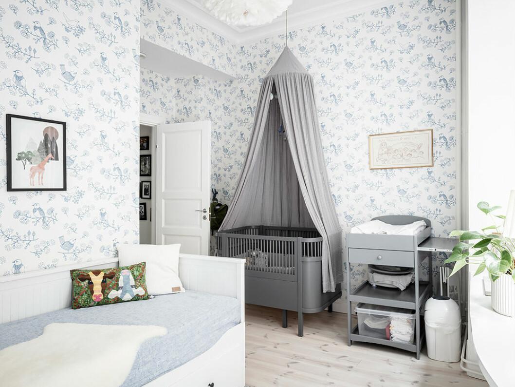 Barnrum med sänghimmel ovanför spjälsängen