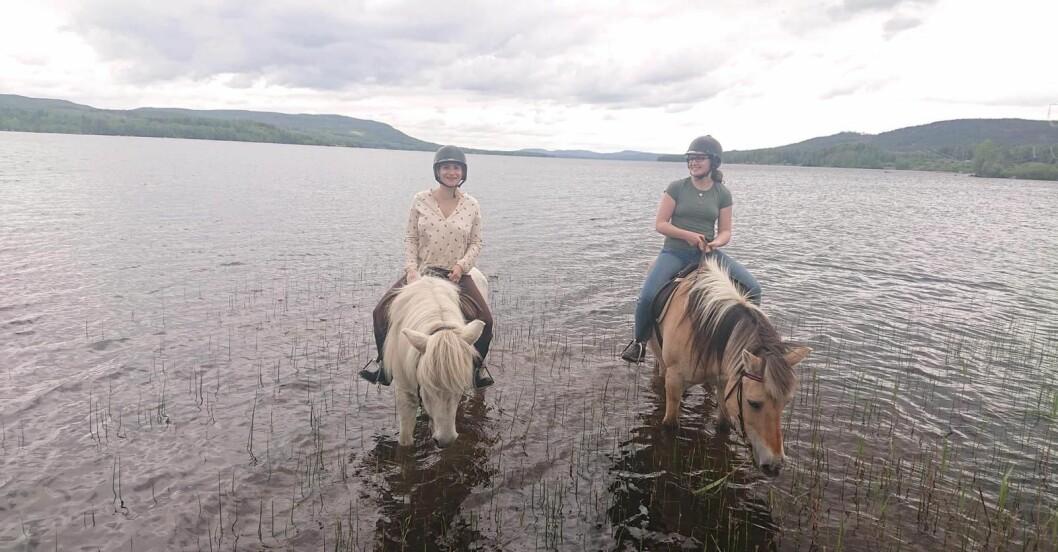 Beatrice sitter på hästrygg