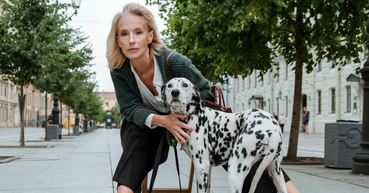 vacker kvinna med hund