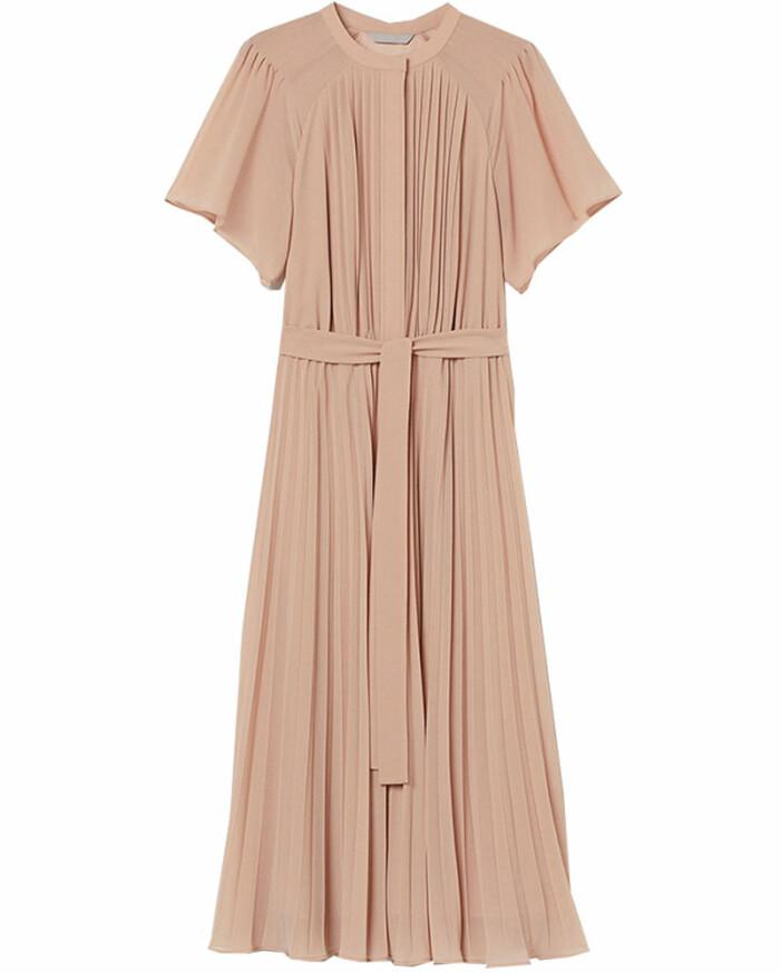 beige plisserad klänning Tilde de Paula Eby Efter fem