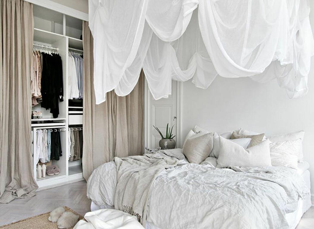 Harmoniskt sovrum i beige och vitt