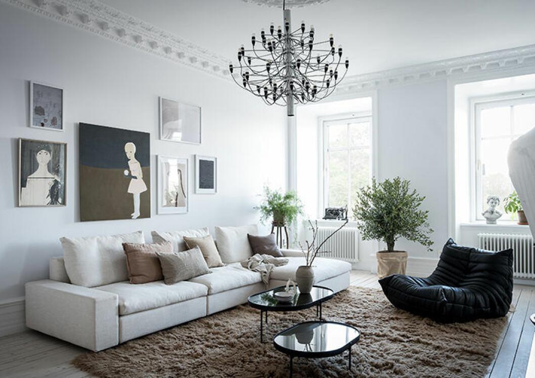 Ljust vardagsrum med snygg inredning och beige nyanser