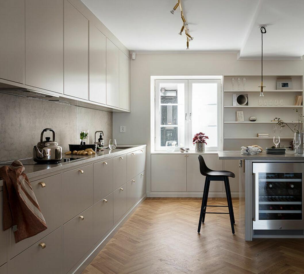 Beige luckor i köket – ljust och snyggt