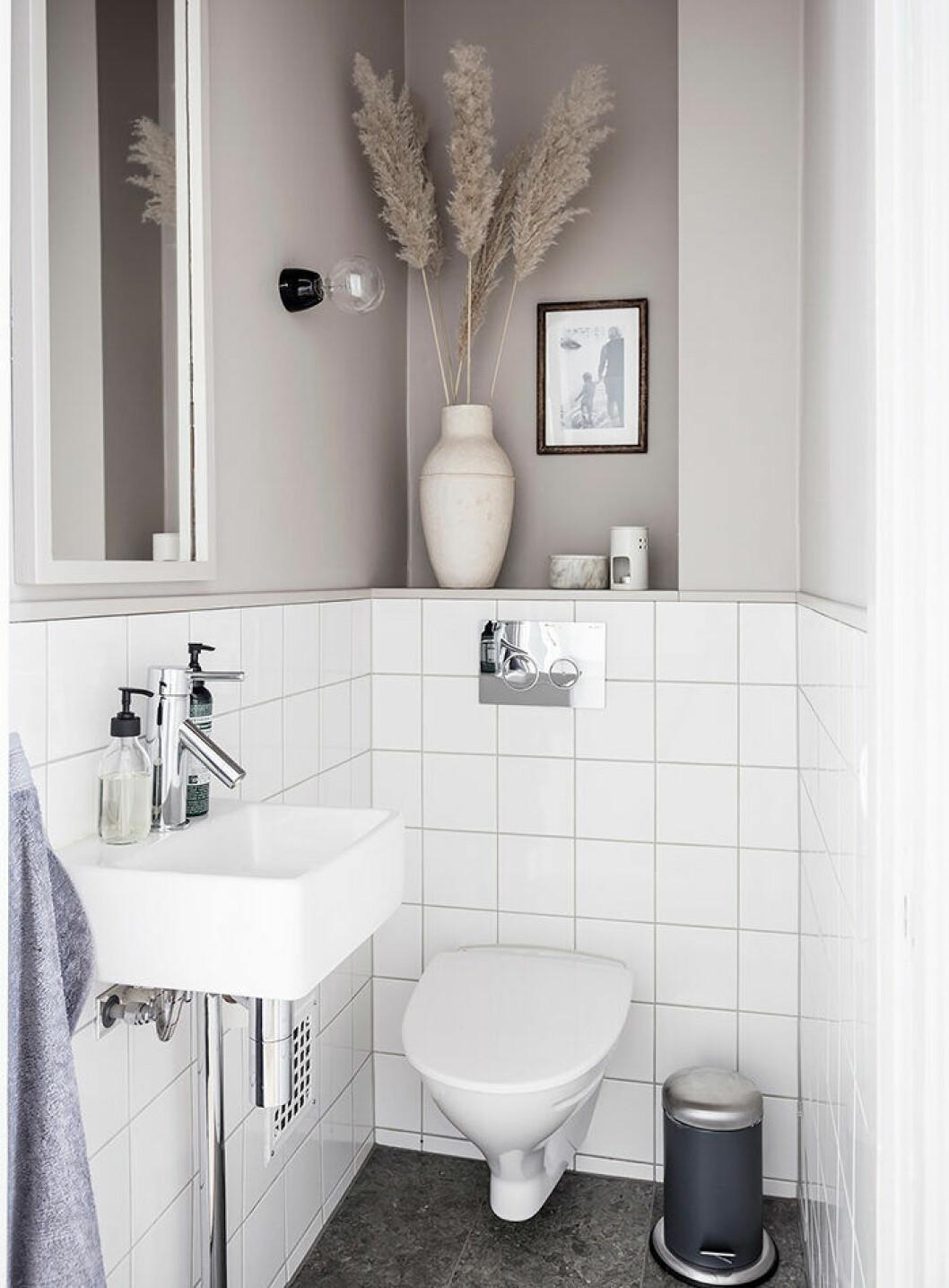 Beige och vitt i det lilla badrummet eller på gästtoaletten