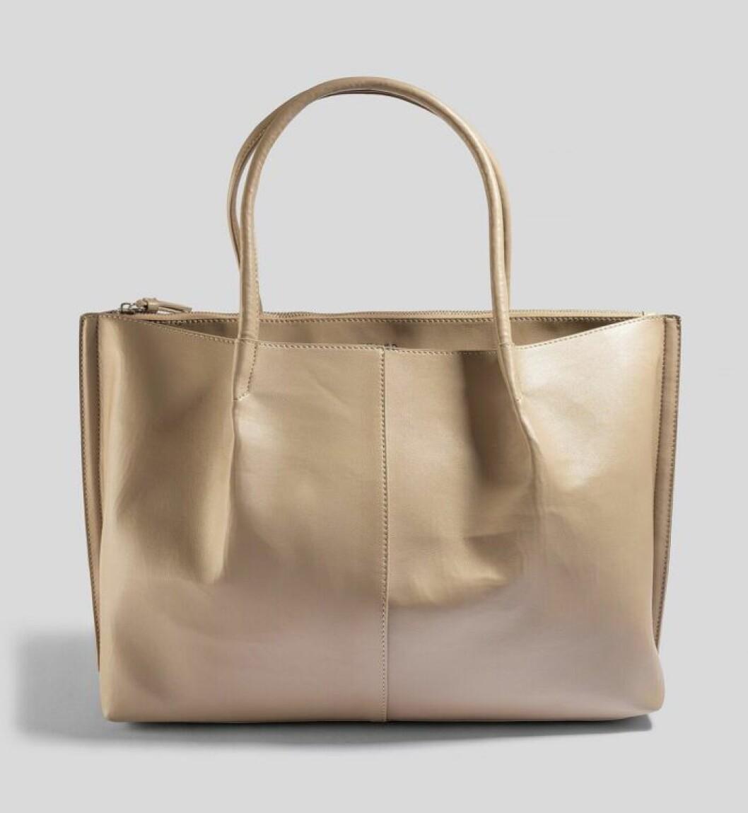 Beige väska till vardagen våren 2020