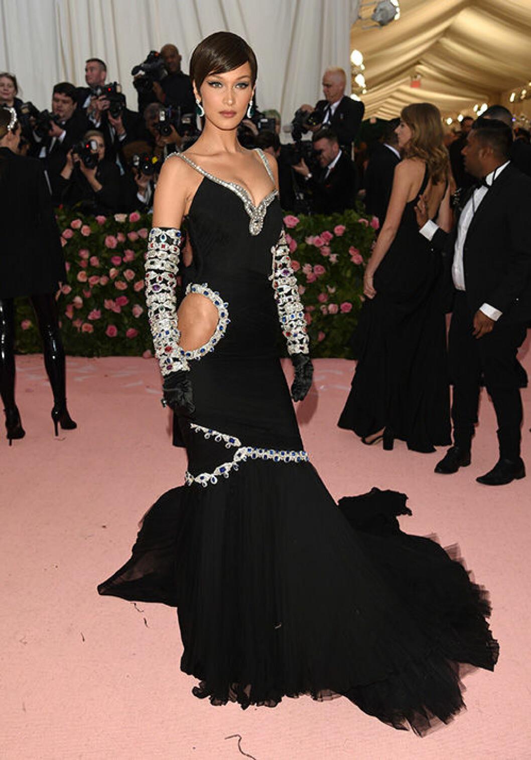 En bild på modellen Bella Hadid på Met-galan 2019.