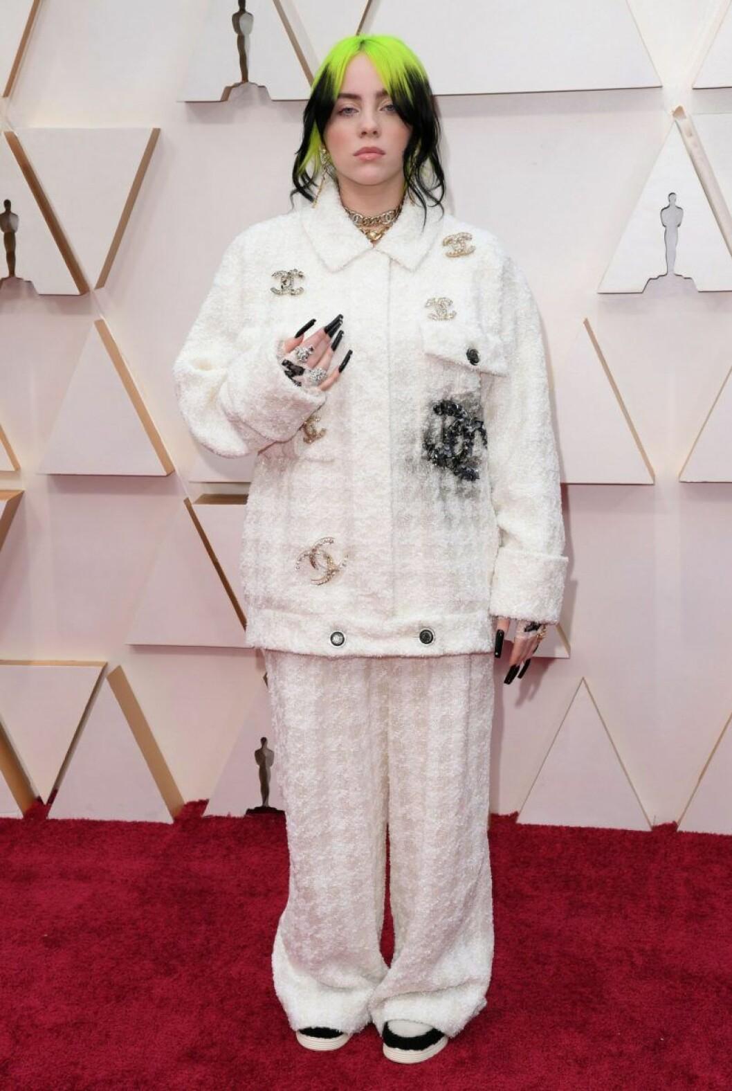 Billie Eilish i vit kostym på röda mattan