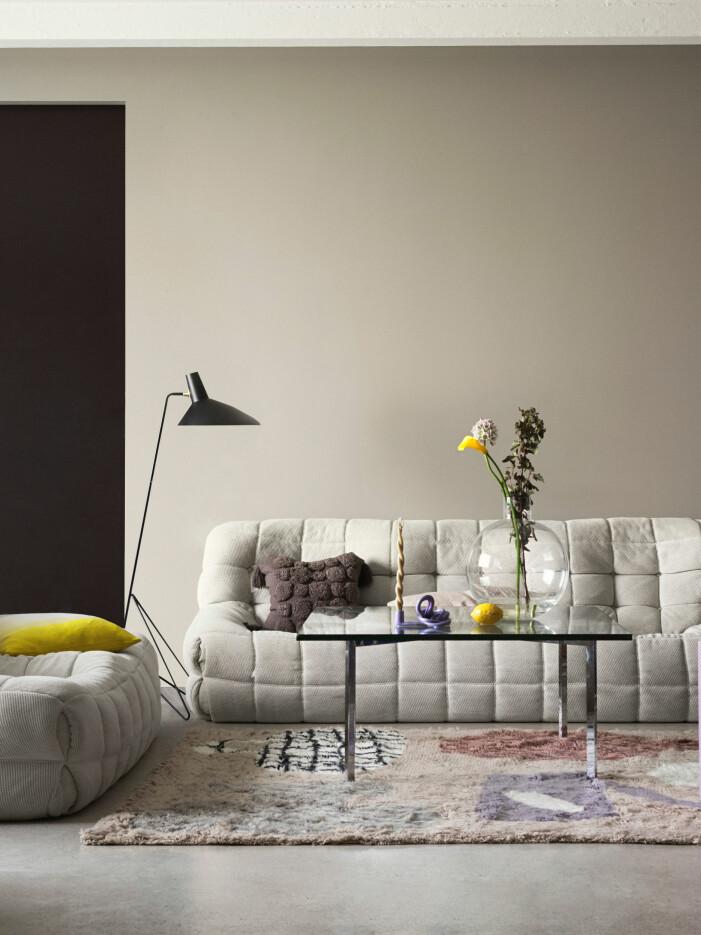 Alcros milda färg Stråhatt och bullig soffa är ett perfekt exempel på biofili.