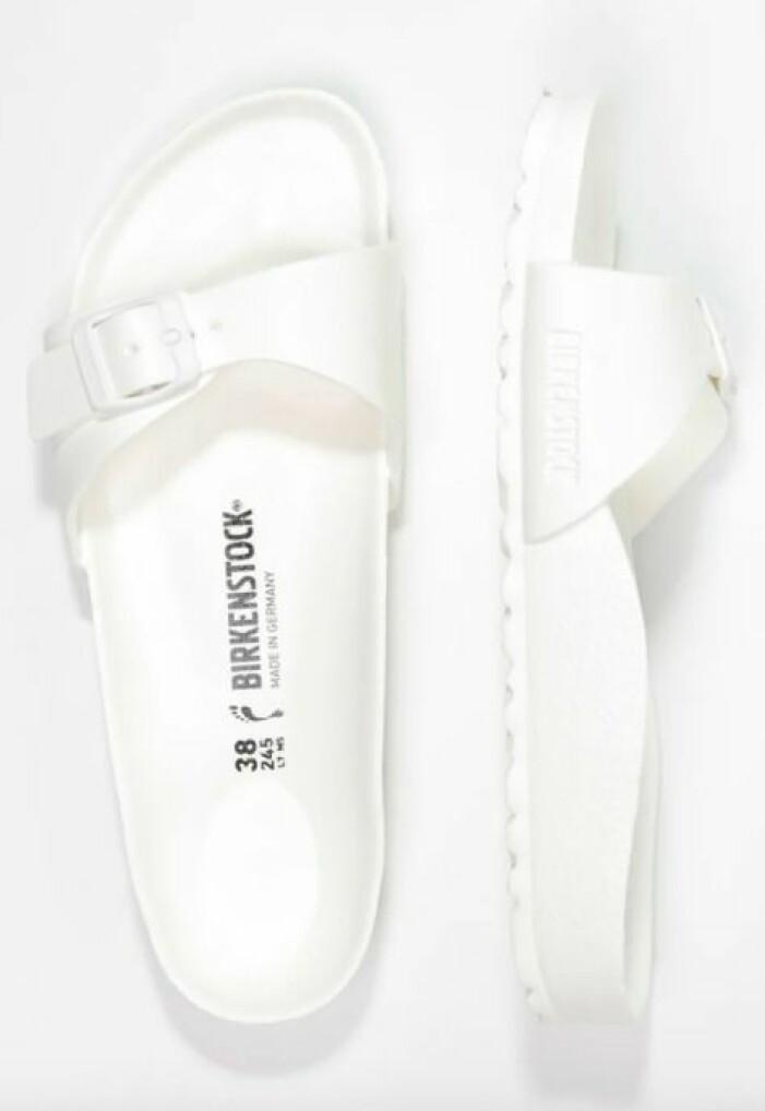 Vita sandaler med en rem i plast. Badsandaler från Birkenstock.