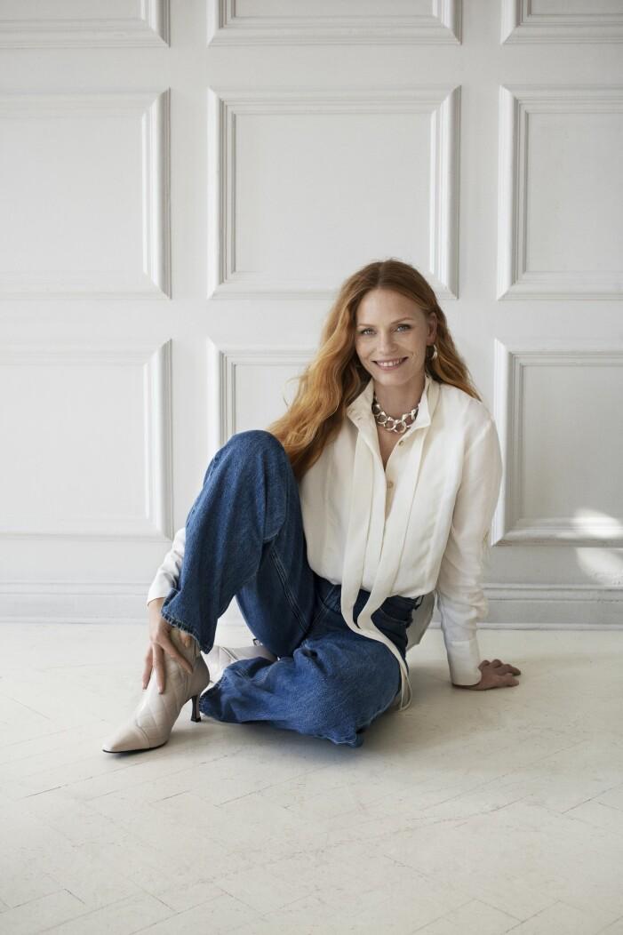 Blå high and loose jeans från levis med vit blus