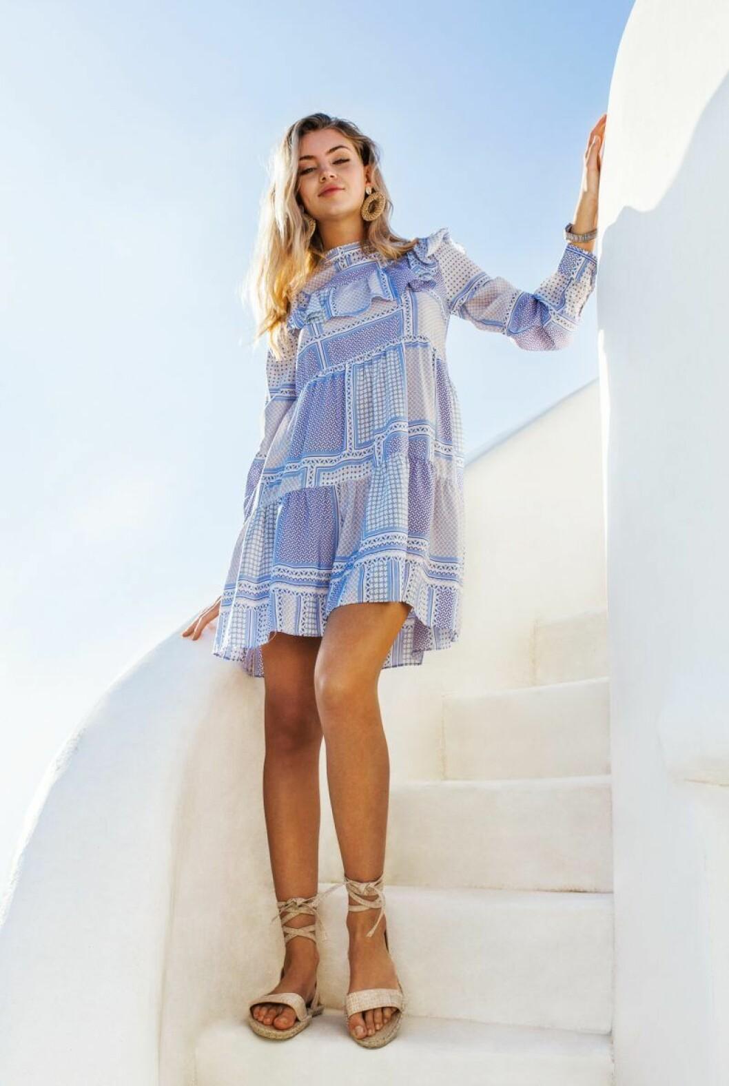 Blå klänning från By Malina sommar 2020
