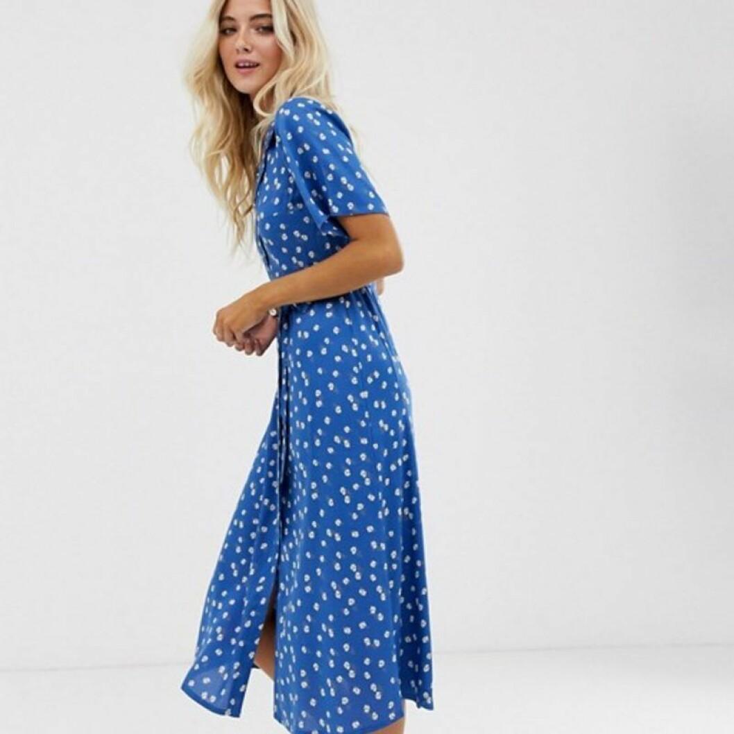 Blåvitprickig långklänning skjortmodell