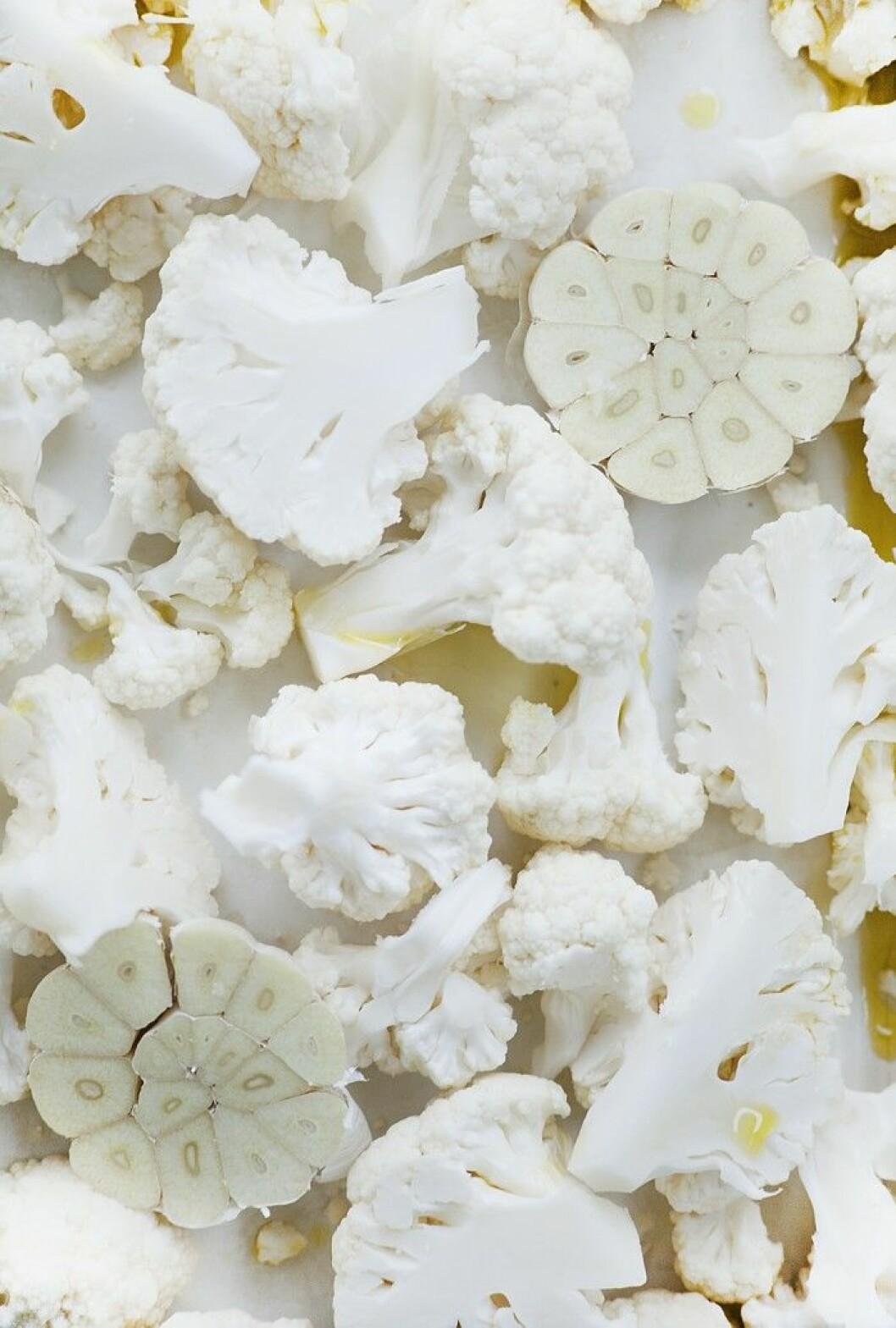 Blomkål. Här hittar du receptet på en smarrig blomkålsröra – perfekt nyttigt snacks.