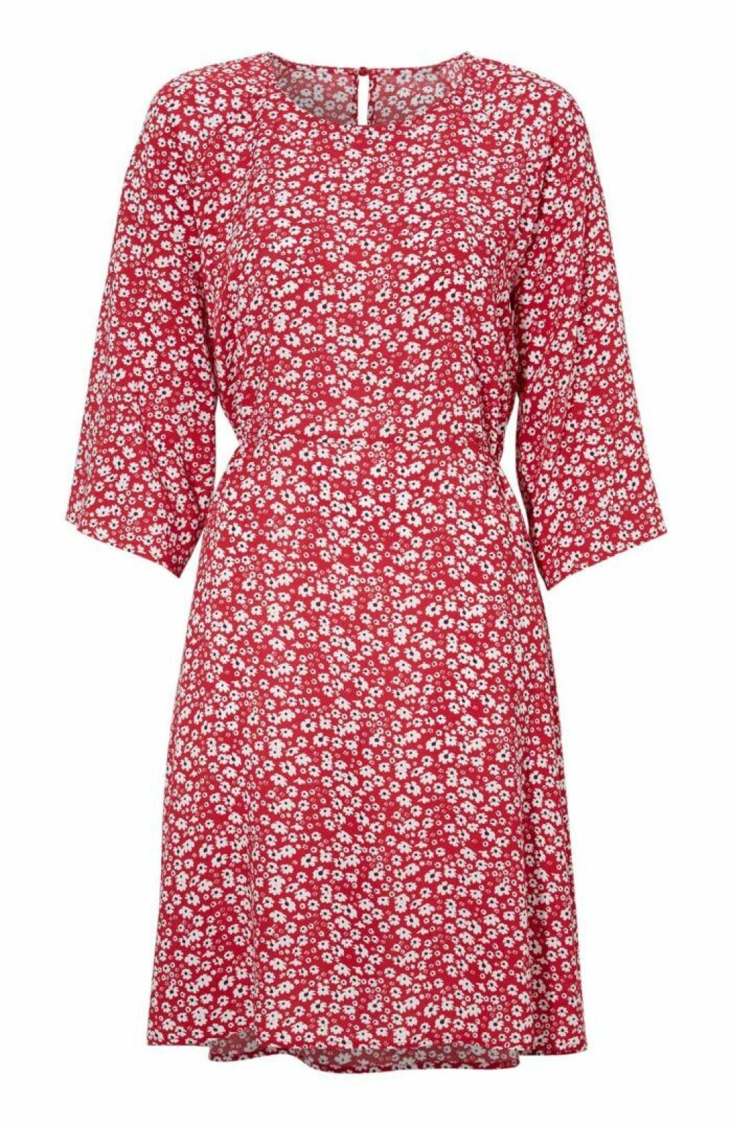 Röd blommig klänning