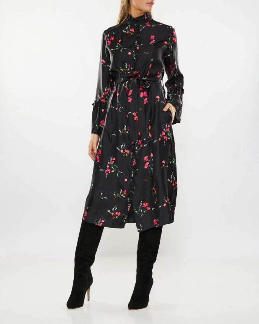 Svart blommig skjortklänning från Julie Fagerholt Heartmade