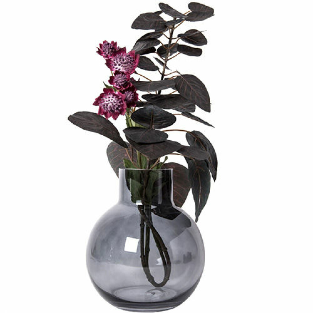 Blomvas i rökfärgat glas, 149 kronor.