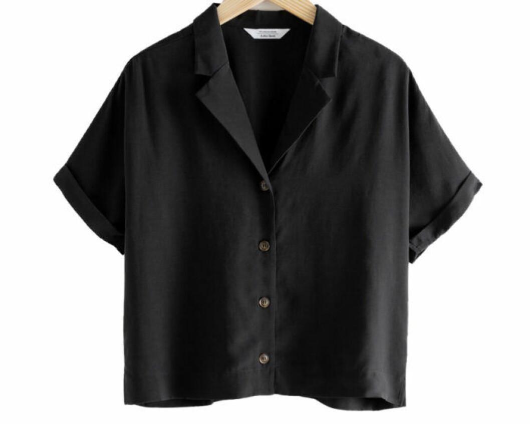 Blus med krage i svart färg