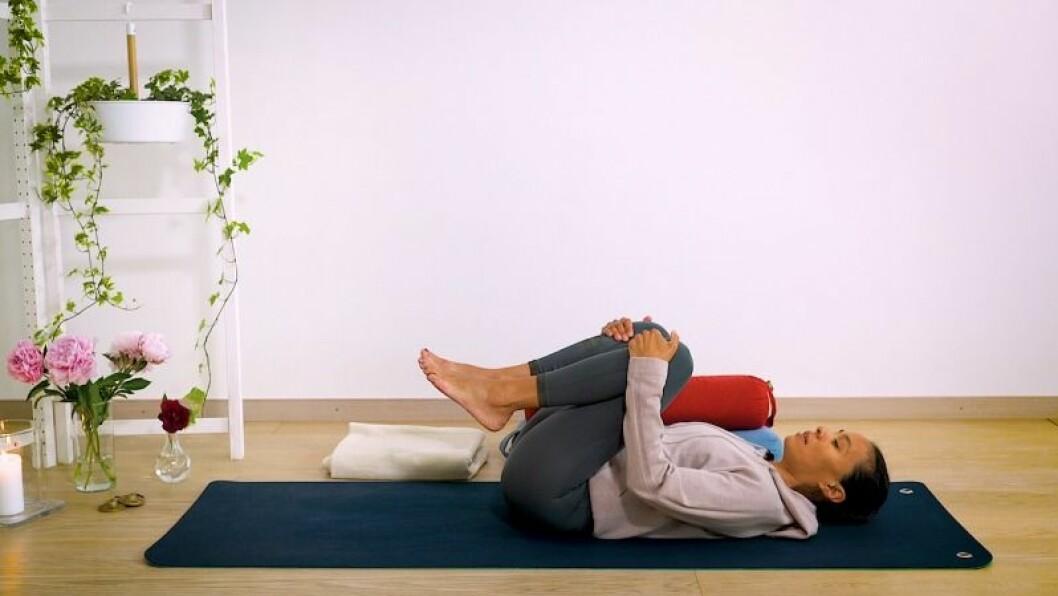 Johanna Ljunggren gör yogapositionen bollen